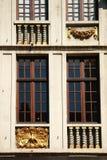 Ataque frontal decorativo alrededor de ventanas Fotografía de archivo libre de regalías