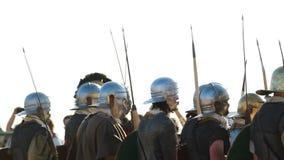 Ataque la fila de los soldados romanos antiguos en cascos con las lanzas almacen de metraje de vídeo