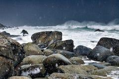 Ataque na praia no arquipélago de Lofoten, Noruega no tempo de inverno, reflexão da água em Hamnoy foto de stock