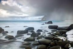 Ataque na praia no arquipélago de Lofoten, Noruega no tempo de inverno, reflexão da água em Hamnoy foto de stock royalty free