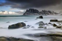 Ataque na praia no arquipélago de Lofoten, Noruega no tempo de inverno, reflexão da água em Hamnoy imagem de stock royalty free