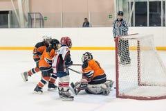 Ataque no jogo entre equipes de hóquei em gelo das crianças Foto de Stock Royalty Free