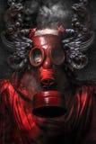 Ataque nuclear. Un hombre en una careta antigás en el humo. backg artístico fotografía de archivo