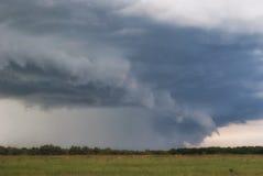 Ataque o ciclone sobre campos, montes e florestas do verão fotos de stock royalty free