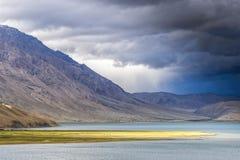 Ataque o lago de aproximação Tso Moriri em Ladakh, Índia Imagem de Stock Royalty Free