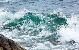 Ataque a onda na costa do ártico Mar de Barents, Fotos de Stock Royalty Free