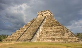 Ataque sobre a pirâmide maia de Kukulkan em Chichen Itza foto de stock