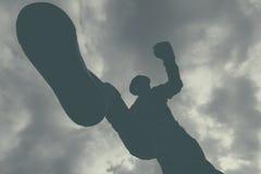 Ataque violento, retroceso con el pie masculino irreconocible del criminal y punchin imagen de archivo