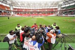 Ataque Yegor Titov dos repórteres após o fósforo de adeus Fotos de Stock