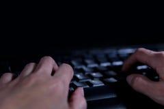 Ataques del pirata informático y de la ciberdelincuencia, de la piratería y del aparejo del concepto en fotografía de archivo libre de regalías