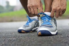 Atar el zapato de los deportes Fotografía de archivo libre de regalías