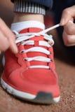Atar el zapato de los deportes Foto de archivo