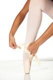 Atar los zapatos de ballet Fotografía de archivo