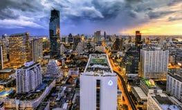Atascado de tráfico de la noche de Bangkok lleno con los coches Foto de archivo libre de regalías