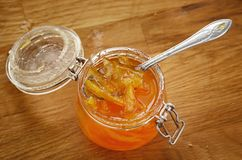 Atasco anaranjado en un tarro de cristal Visión desde arriba imagenes de archivo