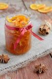 Atasco anaranjado hecho en casa de las cáscaras escarchadas en el tarro de cristal Foto de archivo libre de regalías