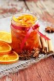 Atasco anaranjado hecho en casa de las cáscaras escarchadas en el tarro de cristal Fotos de archivo