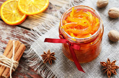 Atasco anaranjado hecho en casa de las cáscaras escarchadas en el tarro de cristal Imagen de archivo libre de regalías