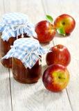 Atasco de Apple y manzanas rojas imágenes de archivo libres de regalías