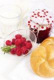 Atasco de frambuesa hecho en casa con leche y fresco criado para el desayuno encendido Foto de archivo