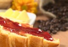 Atasco de fresa en el Croissant Fotografía de archivo