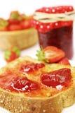 Atasco de fresa en tostada imagen de archivo libre de regalías