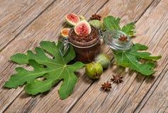 Atasco de higos verdes y de la fruta fresca Fotografía de archivo libre de regalías