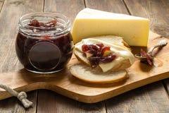 Atasco de la cebolla, pan blanco y queso foto de archivo libre de regalías