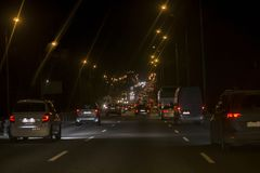 Atasco de la ciudad Muchos coches en la carretera Imagenes de archivo