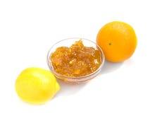 Atasco de la fruta cítrica con la naranja y el limón aislados Fotos de archivo