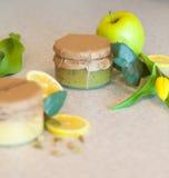 Atasco de la fruta con el limón y la manzana Fotografía de archivo libre de regalías