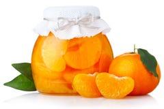 Atasco de la mandarina con las frutas maduras aisladas Fotos de archivo libres de regalías