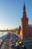 Atasco de Moscú cerca del Kremlin en la puesta del sol Imágenes de archivo libres de regalías