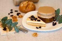 Atasco del albaricoque en el tarro de cristal y pedazo de torta sabrosa Fotografía de archivo libre de regalías