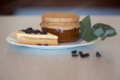 Atasco del albaricoque en el tarro y la torta Imagen de archivo