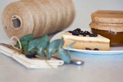 Atasco del albaricoque en el tarro y la torta Foto de archivo libre de regalías