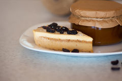 Atasco del albaricoque en el tarro y la torta Fotografía de archivo