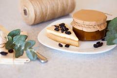 Atasco del albaricoque en el tarro y la torta Imágenes de archivo libres de regalías