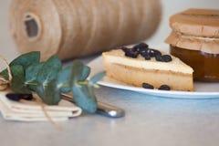 Atasco del albaricoque en el tarro y la torta Foto de archivo