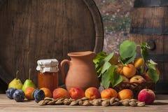 Atasco del albaricoque, fruta fresca y un barril de madera Imágenes de archivo libres de regalías