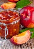 Atasco del melocotón con las frutas frescas Imagen de archivo