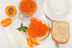 Atasco dulce del albaricoque en la tostada para el desayuno Fotos de archivo