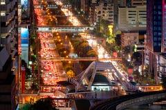 Atasco en área comercial durante hora punta en Bangkok Imagen de archivo