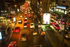 Atasco en centro de ciudad en la noche Problema del tráfico de Bangkok que consigue peor Imágenes de archivo libres de regalías