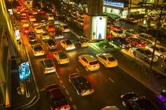 Atasco en centro de ciudad en la noche Problema del tráfico de Bangkok que consigue peor Fotos de archivo libres de regalías