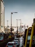Atasco en Dubai con horizonte Imágenes de archivo libres de regalías
