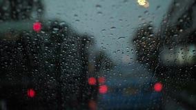 Atasco en el camino en la noche con lluvia almacen de video