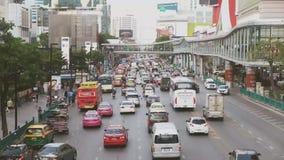 Atasco en el centro de la ciudad en la ciudad de Bangkok, Tailandia almacen de video