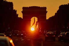 Atasco en París en la calle de Champs-Elysees con el arco triunfal fotografía de archivo