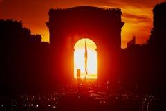 Atasco en París en la calle de Champs-Elysees con el arco triunfal Imagenes de archivo